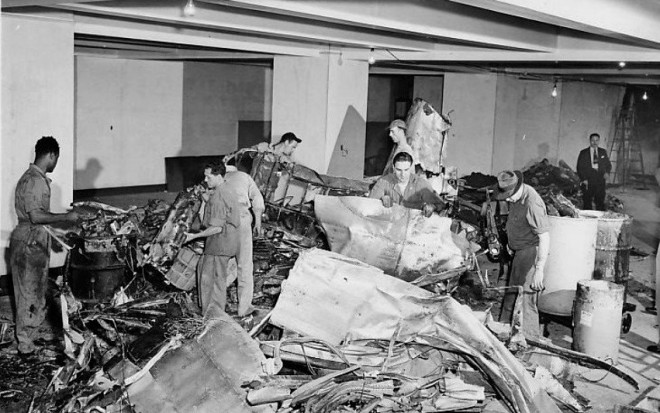 Empire_State_Building_plane_crash_wreckage_1945