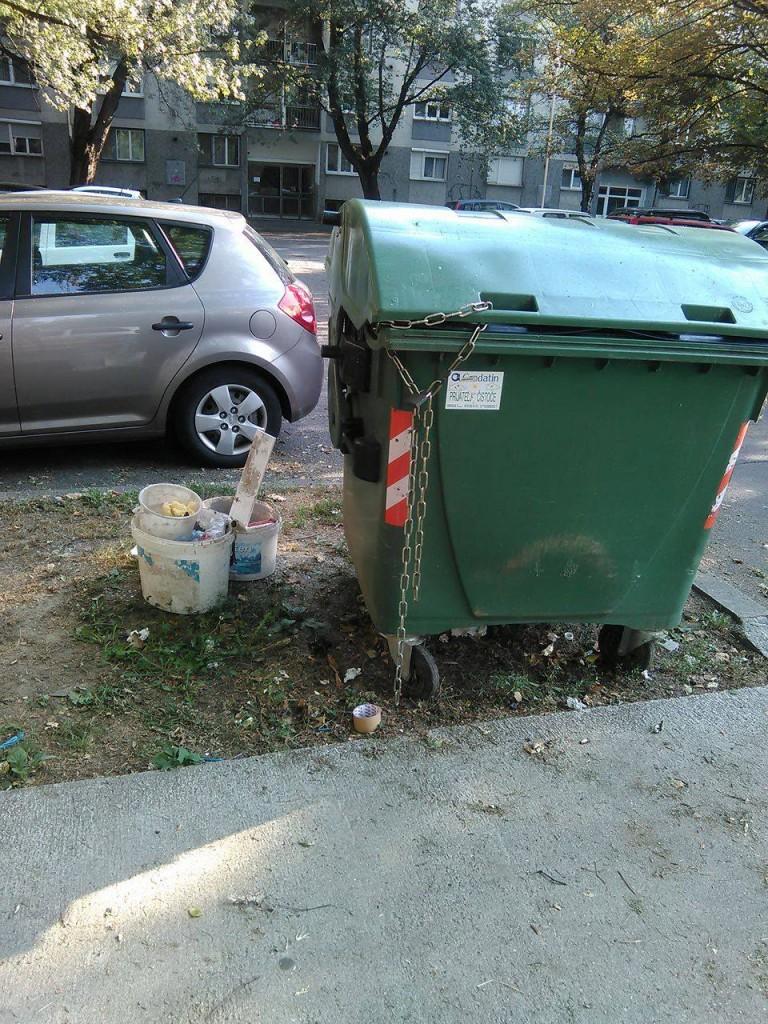 Kontejner za otpad koji su, po savjetu komunalnog redara, djelatnice premjestile sa nogostupa na zelenu površinu