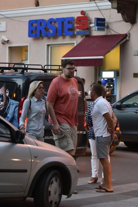 17.08.2016., Pula - Saborski zastupnik Pedja Grbin u setnji s djevojkom. Photo: Dusko Marusic/PIXSELL