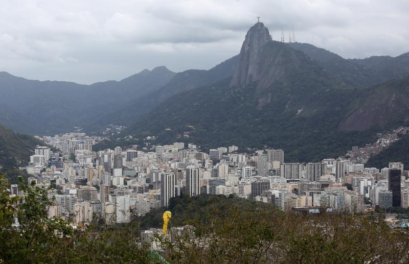 23.08.2016., Rio de Janeiro - Pogled s vrha Secerne glave na Rio de Janeiro. Secerna glava, portugalski Pao de Acucar vrh je smjesten iznad Rio de Janeira u Brazilu. S njega se prostire pogled na veci dio zaljeva Guanabara te na Atlantski ocean. Visok je 396 metara. Ime je dobio po tome sto podsjeca na tradicionalni oblik secera. Planina je samo jedna od monolitnih stijena koje se sastoje od granita i kvarca. Zicarom, koja se uspinje svakih dvadeset minuta, moye se doci do vrha. Naziv secerna glava dali su Portugalci u 16. stoljecu. Prema povjesnicaru Vieiri Fazendi planina moze zahvaliti ime obliku blokova secera koji su bili smjesteni u glinenim cupovima.  Photo: Igor Kralj/PIXSELL