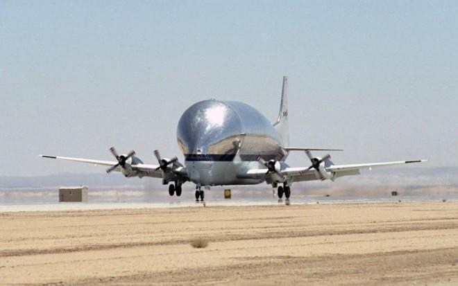 Super_Guppy_N941_NASA_landing-e1471802605412