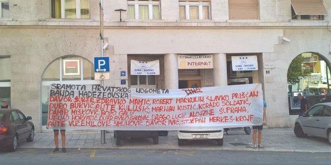 Ispred prostorija HDZ-a. FOTO: Dalmatinski portal