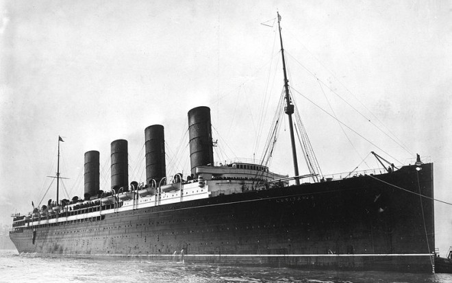 800px-RMS_Lusitania_coming_into_port_possibly_in_New_York_1907-13-crop