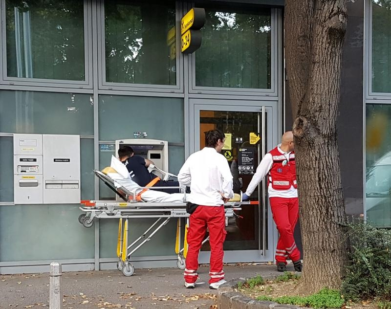 16.09.2016., Zagreb - Djelatnici hitne medicinske pomoci bolesniku izasli u susret i odveli ga na bankomat Raiffesien banke. Photo: Sandra Krunic/PIXSEL