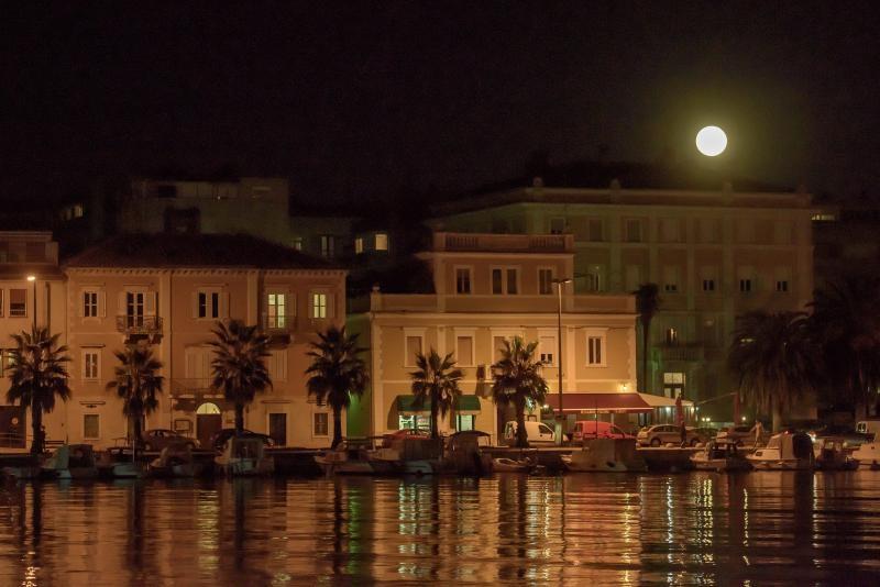 14.11.2016., Zadar -   Super mjesec iznad Zadra.  Photo: Dino Stanin/PIXSELL