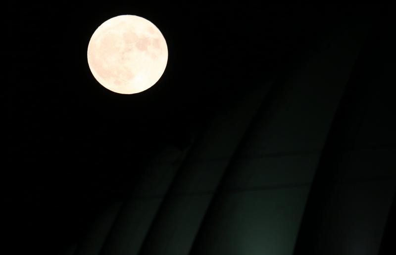 14.11.2016., Zagreb - Super Mjesec, astronomski spektakl u u kojem ce Mjesec ove noci biti najblize zemlji u posljednjih 86 godina. Mjesec ce danas od Zemlje biti udaljen samo 356.508 km i trebao bi nam se ciniti puno veci i sjajnij. Mjesec iznad Arene Zagreb. Photo: Zeljko Lukunic/PIXSELL