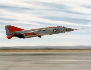 780px-McDonnell_YF4H-1_Phantom_II_taking_off_1958