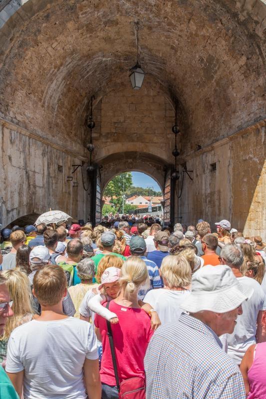 23.06.2017., Ulaz s Pila, Dubrovnik - Zbog ektremnih guzvi u staroj jezgri storio se ogroman cep na ulazu u povijesnu jezgru. Photo: Grgo Jelavic/PIXSELL