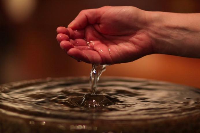 ISTJERUJE ZLODUHE, VRAĆA MRTVE U ŽIVOT: Evo zašto trebamo 'svetu' vodu  imati kod sebe! - Dnevno.hr