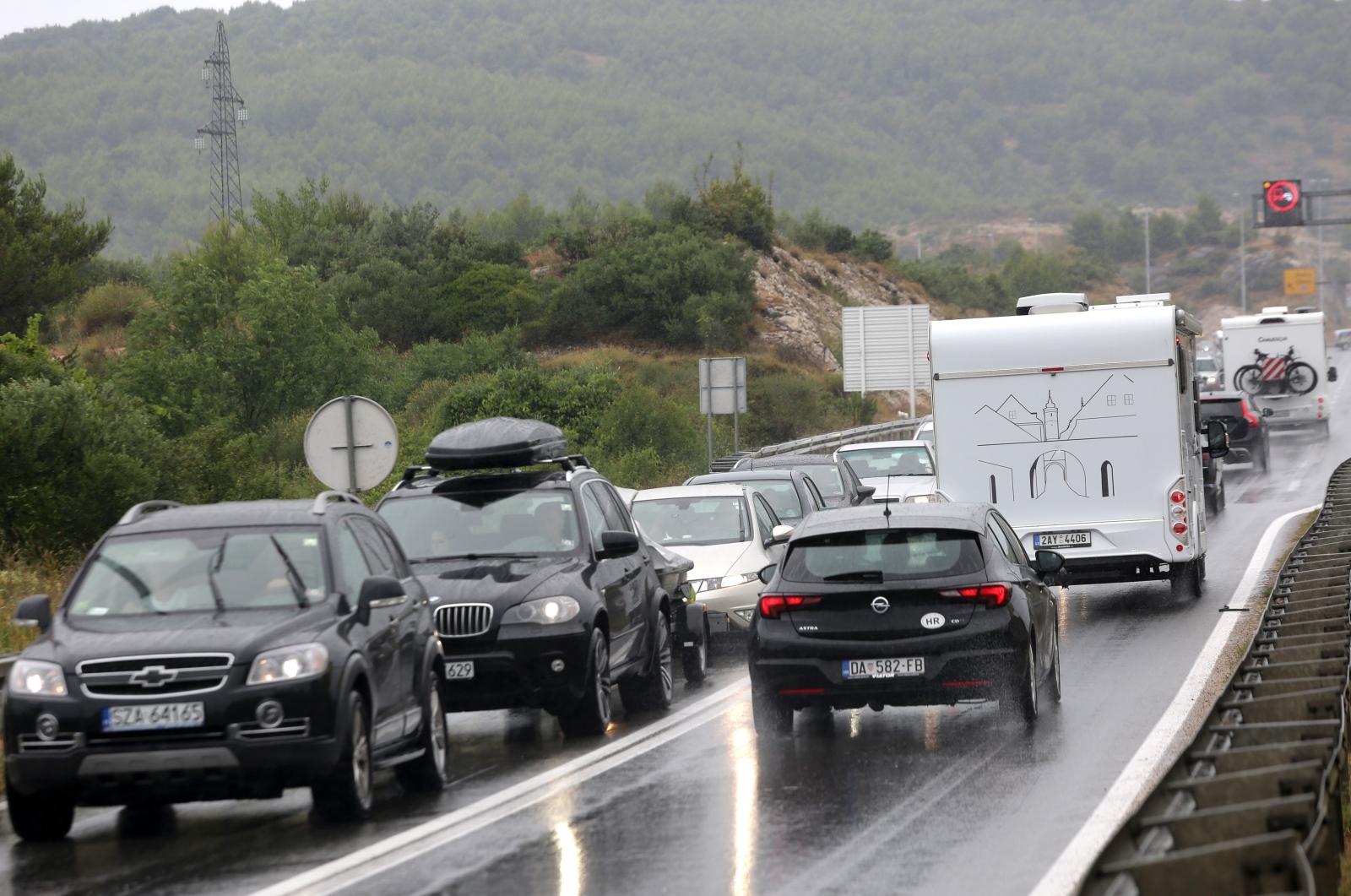 HAK UPOZORAVA: Zbog olujnog vjetra neki dijelovi prometnica otvoreni samo za osobna vozila